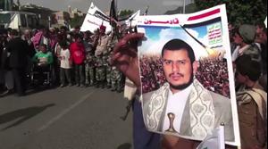 Un manifestante yemení sostiene un retrato del líder rebelde Abdul Malik al-Houthi.